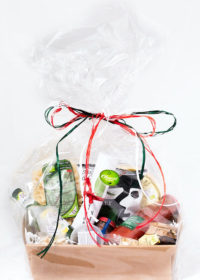 Presentförpackning med delikatesser från Oliveriet.