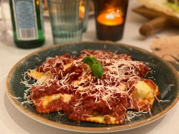 Oliveriets färska ravioli med tomatsås och parmesan.