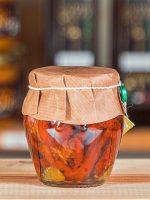 Soltorkade tomater i olja med kapris och kryddor